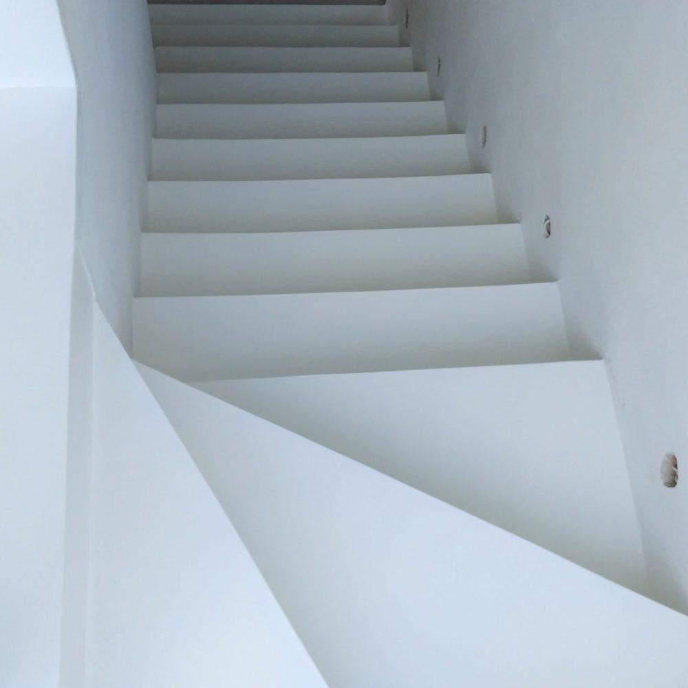 schody biale gladkier